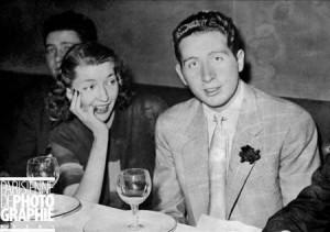 Charles Trenet, chanteur et compositeur français, et Corinne Luchaire. Paris, mars 1941