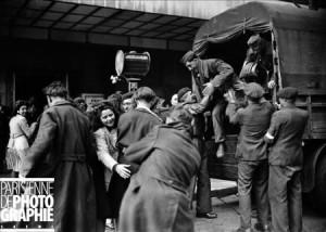 Guerre 1939-1945. Arrivée de prisonniers français au Gaumont-Palace. Paris, 22 avril 1945.